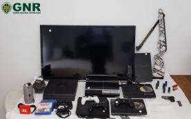 Dois homens detidos por posse ilegal de armas e material furtado no concelho de Peniche