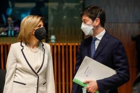 """Covid-19: Comissária europeia diz que variante Delta """"diminui força do escudo protector"""" da vacina"""