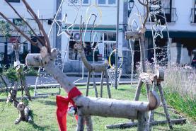 União das Freguesias de Lourinhã e Atalaia apresenta decorações de Natal em madeira