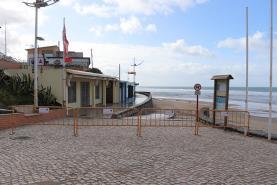 Mau tempo: interditos acessos pedonais da Praia da Areia Branca e do portinho de pesca de Porto Dinheiro
