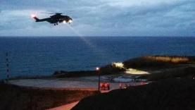 Mulher resgatada por helicóptero da Força Aérea após cair em arriba na Praia de Porto das Barcas