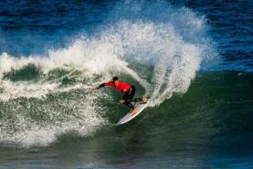 Surfistas Vasco Ribeiro e Frederico Morais avançam no Pro Santa Cruz